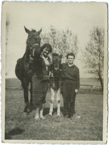 Klacz Baśka, pani Barbara, źrebię Baśki i uczeń  Sokołowski