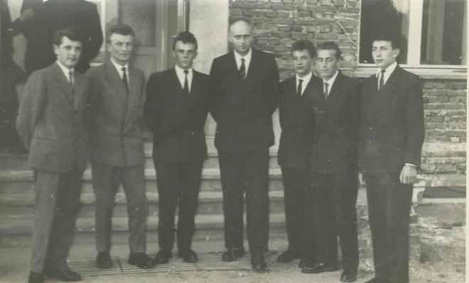Tym razem dyr. Smoliński wyłącznie wąskim gronie z maturzystami 1959. Od lewej  H. Florek, J. Wyżykowski. H. Borucki, W. Łojko, B. Hryszko, W. Kowalewski.