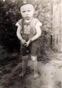 """Jest rok 1944. Nie mam informacji, czy już jestem """" wyzwolony"""", czy jeszcze pod Niemcami. W Warszawie wybucha Powstanie."""