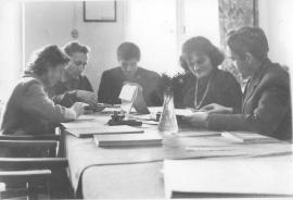 Pokój nauczycielski. Od lewej: E. Zapisek, S. Chodunaj, J. Tadra, B. Kreuzinger, A. Zapisek