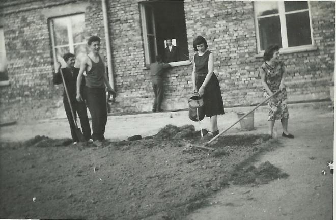 Prace porządkowe przy nowym internacie w 1958 r. wykonują uczniowie z rocznika 1960 (matura). Od lewej Włodek Macełko, Maria Koziatek Regina Pawlukowicz