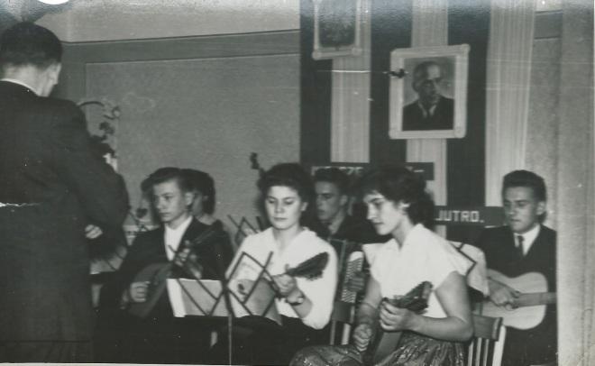 Wystąpił zespół mandolinistów pod batutą pana Żeleszczaka. Od lewej Marian Jechna, Teresa Górska, Genia Roman, z tyłu Ania Skiba, na akordeonie Jurek Szpyra  (rocznik 61), z gitarą Waldek Rakowski.