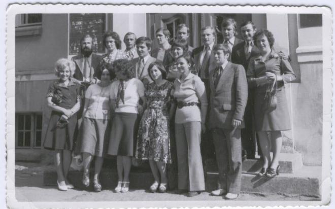 Uczestniczący w VI Zjeździe Absolwentów (1986 r.) maturzyści z 1966 roku. Od lewej: Ela Ziomek, Hubert Hryszko, Irka Bednarczyk, Irka Tomaszun, Ninka Kiryluk, Kazio Kurapiewicz, Heniek Kulicki, Ala Abramczyk, Stasiek Snarski, Halinka Rębiś, Mietek Lipka, Irka Spocińska, Bronek Pawliszyn, Genek Kaczmarczyk, Lucek Prawdzik, Andrzej Wilk, Ela Sperska.