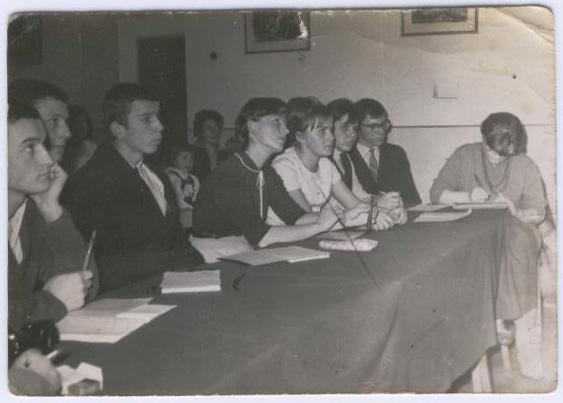 Jury konkursu piosenki szkolnej, 1965 r. Pierwsza z prawej - pani Małgorzata Chodunaj, pierwszy z lewej Andrzej Wilk. Pośrodku przedstawiciele poszczególnych klas. W środku w tle pani Eugenia Zapisek z córeczką.