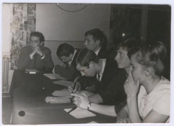 Jury konkursu piosenki szkolnej w świetlicy internatu, jesień 1965 r.  Od lewej: dyr. A Zapisek, obok Andrzej Wilk; po prawej  Ala Kaczyńska; w środku przedstawiciele młodszych klas.