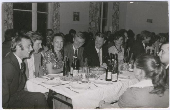 Zjazd Absolwentów, 1976 r. Na pierwszym planie od lewej: Andrzej Wilk, Ninka Kiryluk, Kazik Wądołowski, Ala Abramczyk, Lucek Prawdzik, Kazio Kurapiewicz.