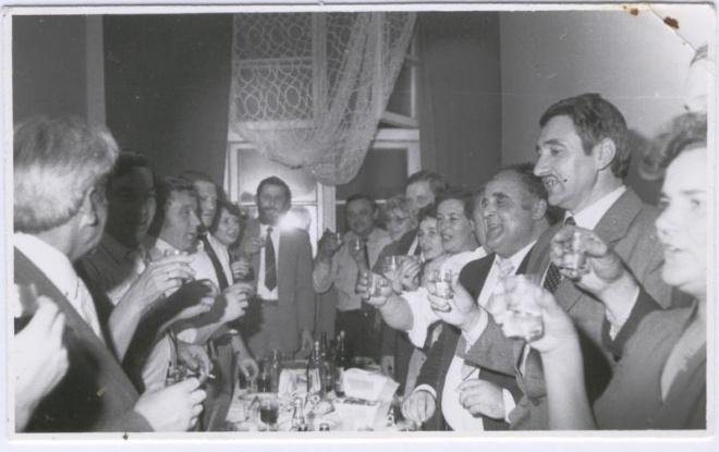 Zjazd  Absolwentów, 1986 r., bankiet w kasynie.  Od lewej: A. Zapisek, M. Ostrówka,  Kordek, Gasiul, Makowska, Staśkiewicz, A. Wilk, E. Ziomek, L. Prawdzik, A. Abramczyk, E. Sperska, C. Szczygło, A. Cymerman, N. Kiryluk.