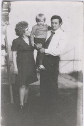 Andrzej Wilk z żoną Stefanią i starszym synem Krzysiem, maj 1975.
