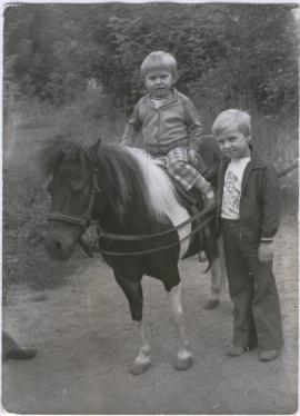 Synowie A. Wilka, starszy Krzyś i młodszy Wojtek, 19 lipca 1978 r. w zoo w Warszawie.