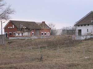Zrujnowane budynki gospodarstwa szkolnego
