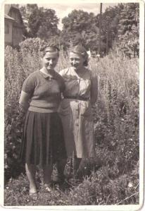 Praktyka w gospodarstwie w sierpniu 1955 roku, obok mnie Marysia Rusin, absolwentka Technikum z 1957 roku.