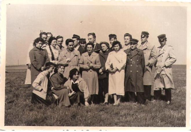 """To zdjęcie z 1958 roku. Nasza klasa z profesorem A. Zapiskiem """"na ekspertyzie łąkarskiej""""."""