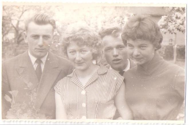 """Od lewej strony Bazyli Hryszko z klasy """"a"""", ja, Józek Pietraszkiewicz – absolwent z 1955 r. i Władzia Orłowska z klasy """"a""""."""