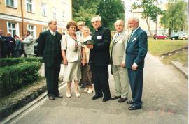 Przed internatem : Kazik Piaścik, Pani Barbara Kreutzinger, Marian Jechna, Irenka Milanowska, Ks. Czesław Drężek, Heniek Borucki, Janek Wyżykowski.