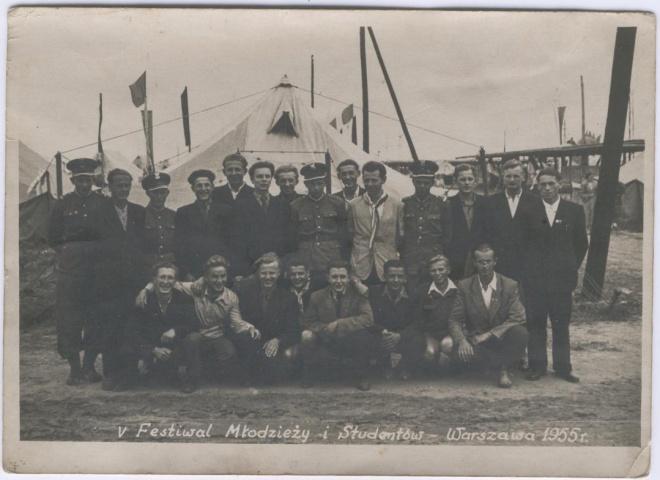W 1955 r. jako 14-letni chłopak, po pierwszej klasie, byłem na Światowym Festiwalu Młodzieży w Warszawie. Na zdjęciu drugi od prawej.