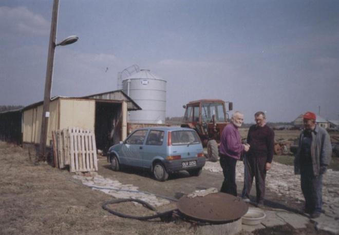 Utwardzanie podwórka w gospodarstwie. Przerwa na pogwarkę z Jankiem Wyżykowskim i sąsiadem Włodkiem Adamiakiem.