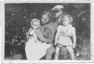 Najdawniej - z rodzicami i siostrą Oleńką