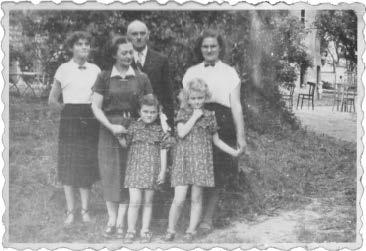 Z całą rodziną w dniu rozdania świadectw maturalnych. 1955r. (mama Irena, tata Feliks, siostry Ola, Kasia i Ewa)