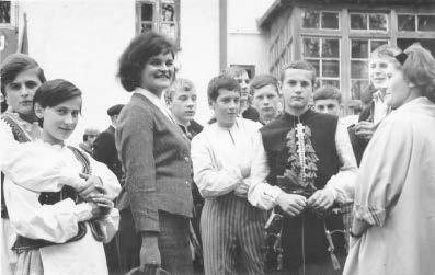 Z zespołem tanecznym w terenie. Początek lat 60-tych.