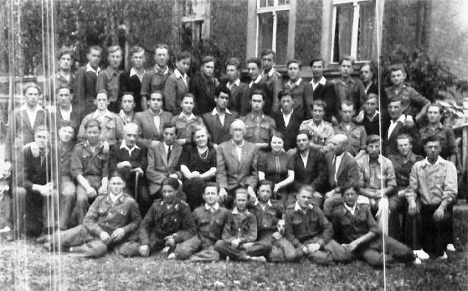 Całe gimnazjum w Szczytnie w trakcie egzaminów końcowych pierwszego rocznika tej szkoły - uczniowie oraz rada pedagogiczna, 1948 r. Zdjęcie ze zbiorów Ludwika Brzezińskiego