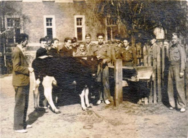 """Profesor Naworski (z lewej) prowadzi lekcję na temat """"Opis i ocena pokroju buhaja"""", 1947 r."""
