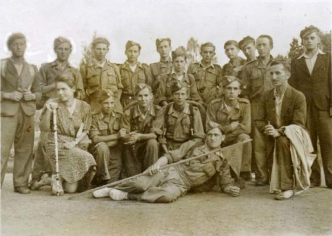 Grupa uczniów klasy II na wycieczce w Gdyni, 21.07.1947 r. W rzędzie siedzących pierwsza to pełniąca obowiązki dyrektora A. Tuszowska, ostatni -  nauczyciel Naworski. Zdjęcie ze zbiorów W. Minksztyma