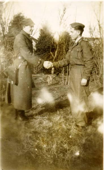 Uczniowie - Edward Puczel (z lewej) i Witold Minksztym, podczas zajęć z przysposobienia wojskowego