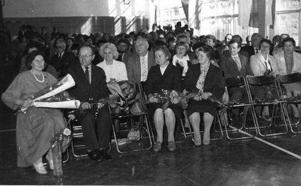 Na Zjeździe Absolwentow w 1986 r. pierwsza z lewej, obok siedzą: Cz. Kiszkurno, Zofia i Ryszard Smolińscy, Alina Saletis