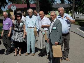 S.Machnik w otoczeniu uczestników spotkania seniorów