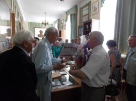 W Izbie  Tradycji Szkoły dyr. R. Kawczyński składa życzenia urodzinowe S. Machnikowi  (85 lat)