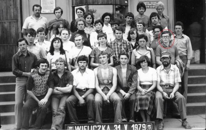 Andrzej Łachacz na wycieczce szkolnej do Wieliczki, 1979 r. (zaznaczony na czerwono)