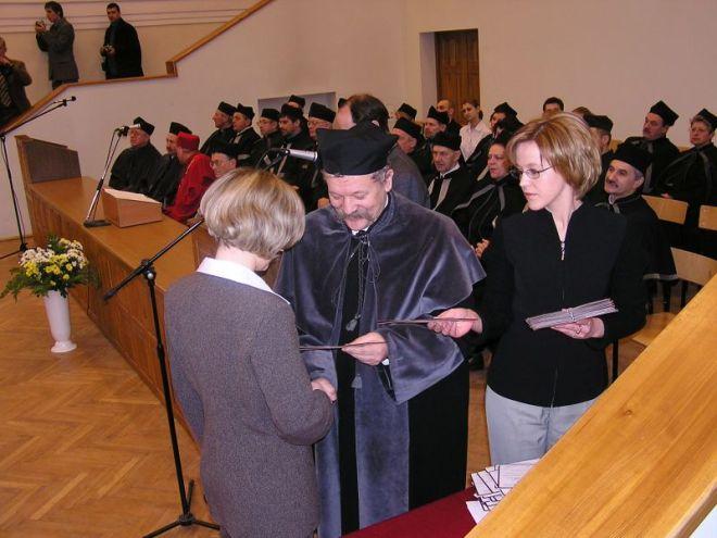 Rok 2003. Prodziekan Wydziału Kształtowania Środowiska i Rolnictwa S. Grzegorczyk wręcza dyplomy ukończenia studiów.