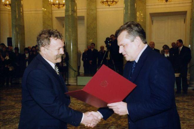 Rok 1999. S. Grzegorczyk odbiera nominację profesorską z rąk Prezydenta RP A. Kwaśniewskiego