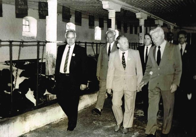 Dyr. J. Stanisławski (drugi z prawej) pokazuje gościom z Ministerstwa Rolnictwa oborę w gospodarstwie szkolnym (lata 80-te).