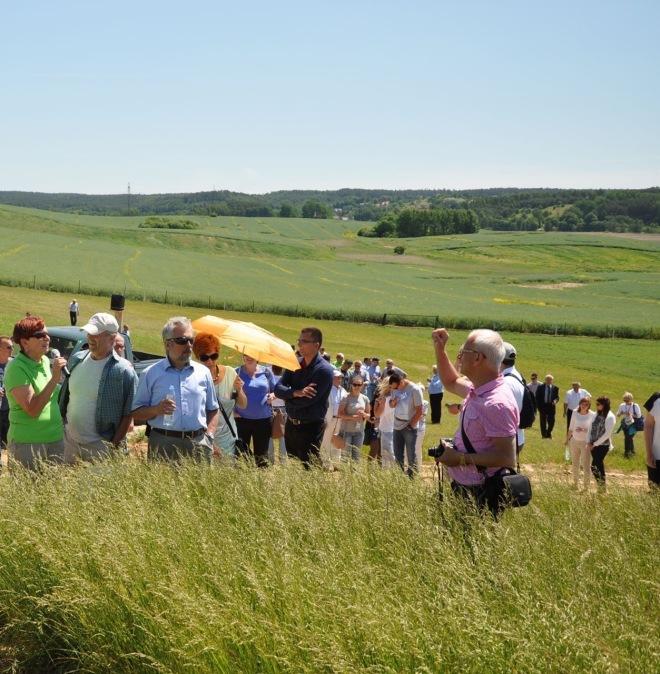 Anna Ostrowska (pierwsza z lewej) prezentuje gościom pole doświadczalne z okazji Jubileuszu 10 lecia Spółki 11.06.2015