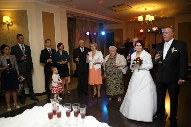 Ślub najmłodszej córki Ewy. Obok mnie mąż, dwie córki z mężami i wnuczka.