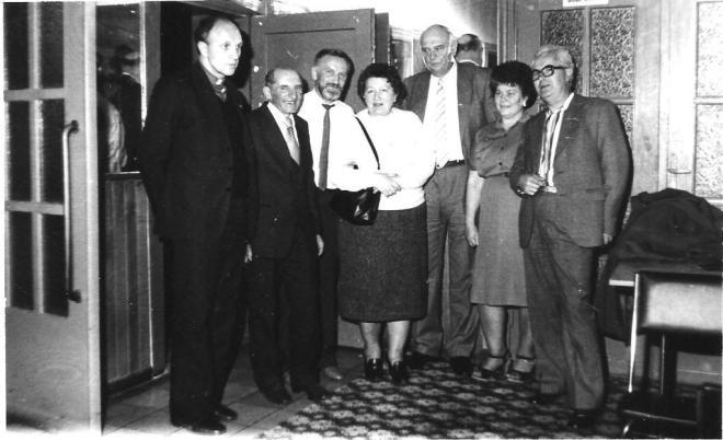 Na VI Zjeździe Absolwentów (1986 r.) z koleżankami i kolegami z klasy. Od lewej ks. Cz. Drężek, R. Grabowski, J. Wyżykowski, M. Dopierała, dyrektor R. Smoliński, Z. Górska, W. Mrozek