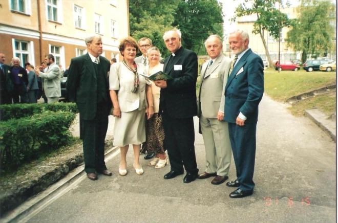 Na VII  Zjeździe Absolwentów (2001 r.), od lewej K. Piaścik, B. Kreutzinger, M. Jechna, I. Milanowska, ks. Cz. Drężek, H. Borucki, J. Wyżykowski.