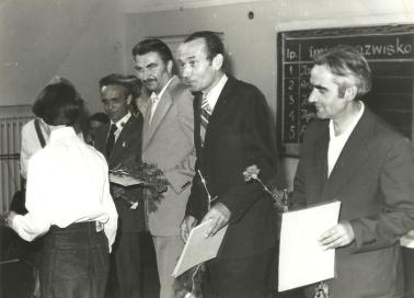 Rok 1979. Stanisław Machnik (drugi z prawej) w towarzystwie współpracowników otrzymuje Honorową Odznakę ART w Olsztynie.